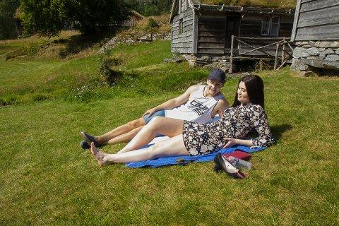 PAR: Henrik Øen (24) og Elisabeth Solberg (26) nyt sola og varmen i Movika.