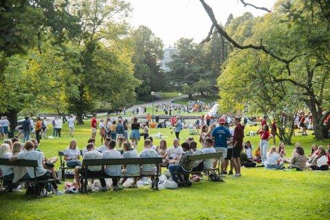 FADDERFEST: Studenten deltok på denne faddersamlinga i Nygårdsparken i Bergen måndag.
