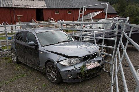 TRAFIKKLYKKE: Ein skiltlaus bil køyrte natt til søndag ned eit gjerde og kolliderte med ein parkert bil på tunet til Tefre ridegard.