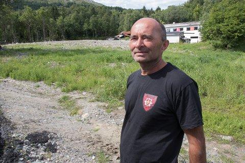 EIT ÅR ETTER: Arve Dvergsdal er utrykkingsleiar i brannvesenet i Jølster og var blant dei første som rykte ut då det første raset gjekk i Svidalen, 30. juli 2019.