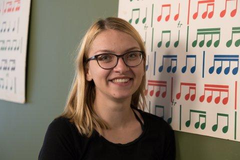 MUSIKAR: Noemi Utasi underviser i piano ved kulturskulen i Førde. Det betyr at ho nokre dagar må jobbe seine ettermiddagar, men no har ho fått hjelp av foreldra sine, som flytta til Førde for ei tid sidan.