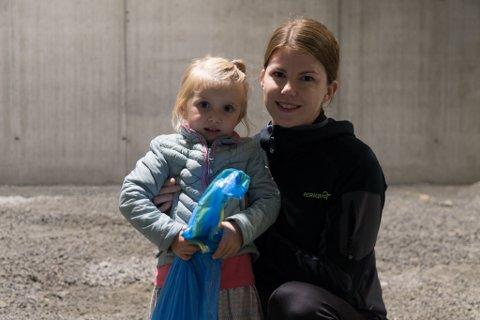 DUGNAD:Gunnhild Viken og dottera Linnea Bakke(2,5) var blant dei mange som deltok i dugnaden onsdag. -Vi er ein familie som er glad i sport og idrett, så vi kjem til å vere her mykje, seier Viken.