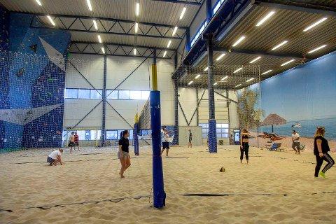 STENGER: Sunnfjordhallen, også kjent som sandhallen på Vie i Førde, er no stengd. Sidan 2012 har Sunnfjord folkehøgskule drifta hallen med sandvolleyballbaner, og i 2016 opna klatreveggen.