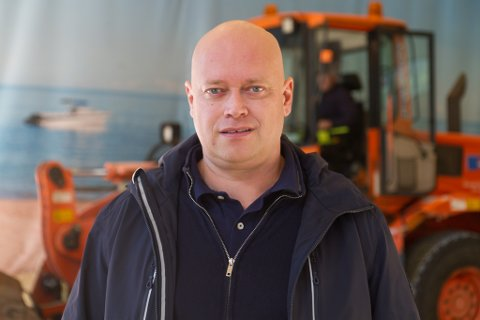 GODE TAL: Kai Henning Jensen er dagleg leiar i Gravdal Skog & Hageservice, som igjen kan vise til gode rekneskapstal. Bildet er frå tømming av sandhallen på Vie.