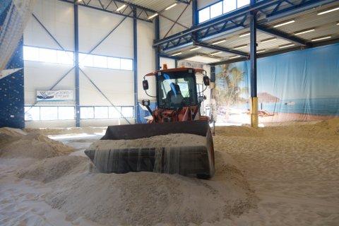 TØMMING: Dei kommande dagane skal all denne sanden ut av hallen på Vie.