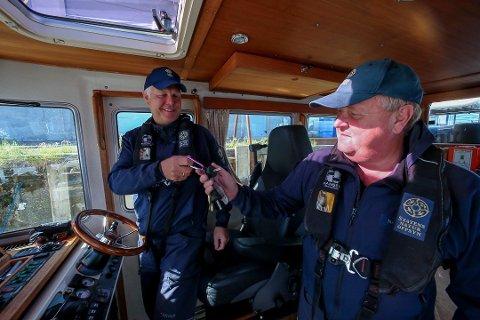 OVERTAKING: Einar Vereide tek over nøklane til oppsynsbåten «Lomvi» frå avtroppande kystoppsynsmann Stig Inge Hauge.