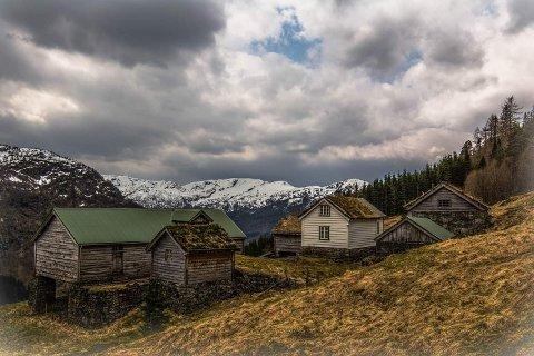 FOSSEN: Gardstunet ligg idyllisk til, med utsyn over Erdalen. Dette bildet fekk fotografen telefon om å slette frå nettet.