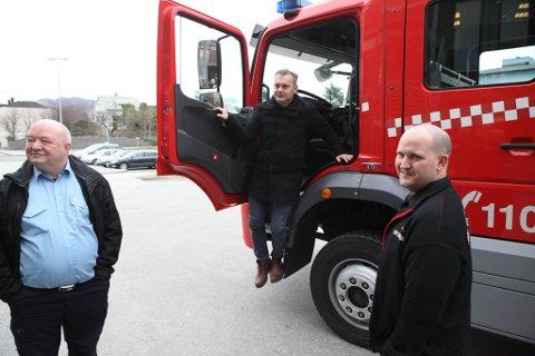 Ordførar Ola Teigen på besøk på brannstasjonen i 2017. Til venstre tidlegare brannsjef Magne Igland, til høgre brannkonstabel Ole Petter Sande.