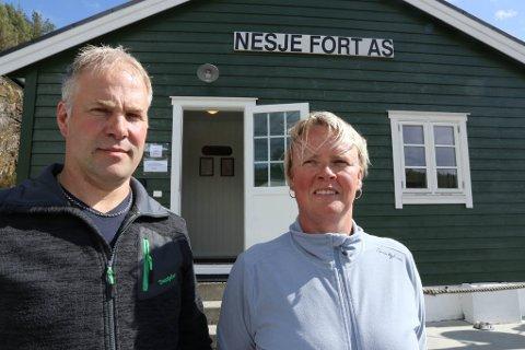 TURISME: Henning Nesje og Elin Brekke driv feriestaden Nesje Fort, som tidlegare var eit militærfort. Det blei opphavleg bygd av nazistane i 1940.