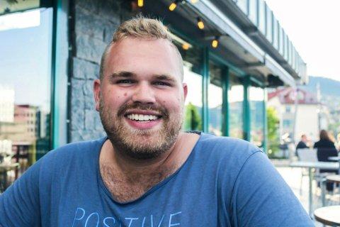 TILBAKE I FØRDE: Jostein Vedvik har nyleg flytta heim til Førde frå Oslo for å jobbe som kreativ leiar hos Mediekollektivet.