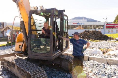 ARBEIDSKARAR: Alf Ølmheim (i gravemaskin) og Alexander Åsnes i arbeid. Dei byggjer Bøparken som skal stå klar i slutten av oktober.