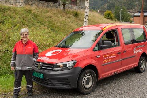TRAVEL: Målfrid Flaten Berge (61) fartar rundt for å levere pakkar og brev. Ho trivst godt i jobben sin.
