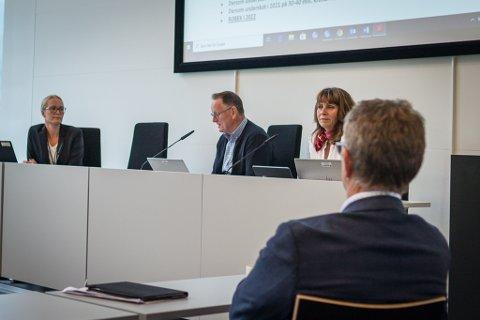ROBEK 2022: Sunnfjord formannskap fekk presentert skrifta på veggen av kommunedirektør Ole John Østenstad. Med dagens kurs er Sunnfjord kommune på Robek-lista om berre to år.