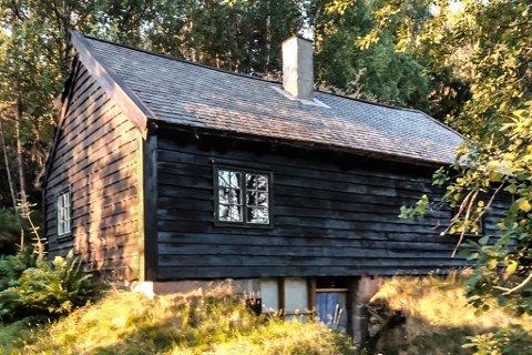 EIGE MUSEUM: I sperrestova frå Angedalen på  Skori i Solvorn har Idar Mo laga ei svær samling av slikt folk i Sogn og Fjordane brukte å pynte husa sine med etter krigen.