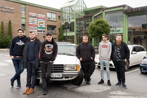 — URETTFERDIG: Bilmiljøet i Førde føler seg forfulgt og urettferdig behandla av politiet. Frå venstre: Jaran Rysjedal (21), Asbjørn Øyra Sæterskar (23), Nicholas Ljostveit (20), Geir Magnar Aspeseter (22), Bjarte Østebø (22) og Kristian Leirnes (24).