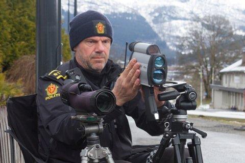 MÅLRETTA: Politioverbetjent Inge Værøy og Utrykkingspolitiet jobbar målretta for å få ned farta i Jølster. Bildet er frå ein kontroll i Førde tidlegare i år.