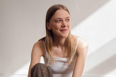 LUR: Helene Bergsholm starta skodespelarkarriera med hovudrolla i filmen «Få meg på for faen» i 2011. Ho har gått den prestisjetunge skodespelarlinja ved Teaterhøgskolen. I 2019 fekk ho jobb i Nationaltheatret i Oslo.