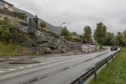 GODT I GANG: Gravdalgruppa er godt i gang med bygginga av 15 studioleilegheiter her like nordaust for Førdehuset, men prosjektet har blitt dyrare på grunn av auke i kommunale avgifter.
