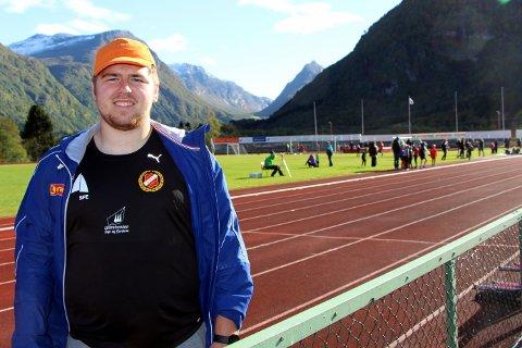 TREDJE LENGSTE: Kun to personar i G17-klassen i Norge har støytt 5-kiloskula lenger enn Mathias Dale gjorde laurdag.