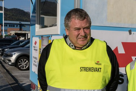 KJEMPAR FOR MEIR LØN: Arne Kjell Fimland håper bussjåførane greier å kjempe seg fram til meir løn.Sjølv har han jobba i Firda Billag i 40 år.