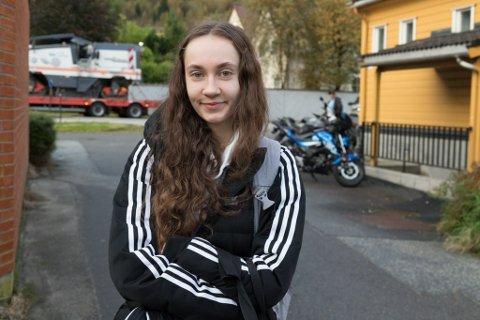 FEKK TRØBBEL: Amanda Ekreskar(17) fekk ein hektisk start på dagen. Bussen ho trudde skulle gå, gjekk ikkje. Då måtte foreldra hive seg rundt.