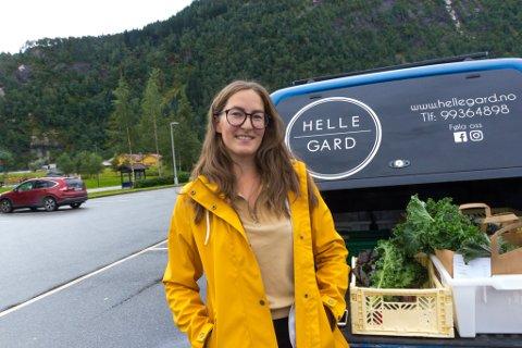 UNG BONDE: Isabelle Ullenes Hagen (31) er glad for å kunne selje varar frå Helle gard på REKO-ringen.