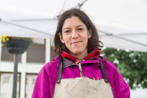 GLAD I Å BAKE: Monica Lystad driv eige bakeri, Vestrøna, i tillegg til fulltidsjobb på SFE.