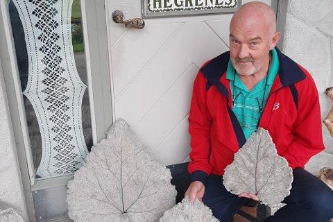 HANDVERK: Øyvind Hegrenes lagar betongavstøypingar av rabarblablad.