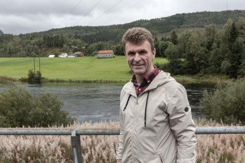 Gunnar Helgås har forslag til ny vegtrasé i Naustdal.