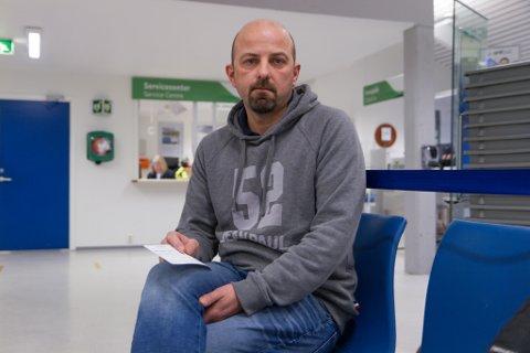 SJØMANN FRÅ VASSENDEN: Torbjørn Skomsøy (43) skal reise med flyet frå Førde til Oslo. Han blir der berre nokre timar, før turen går sørover.