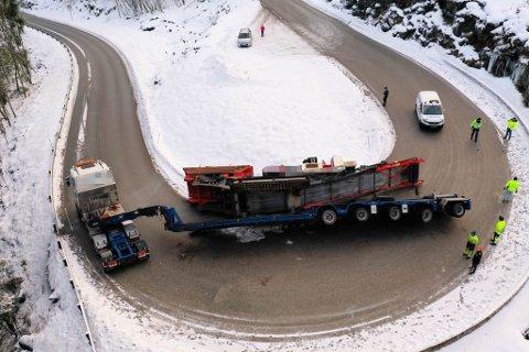 RASKT PÅ STADEN: Sunnfjord-patruljen til Up var tilfeldigvis like ved velten i Halbrendslia tysdag. Øvst i bildet er ein av dei to betjentane på ulykkesstaden, medan den andre dirigerer trafikk unna på oppsida.