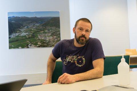 KONTOLLERT: Dei siste tre vekene har Sunnfjord kommune vore råka av eit større koronautbrot. No har smitten roa seg frå dei første vekene. No er situasjonen så kontrollert som han kan vere, seier kommuneoverlege Øystein Furnes.