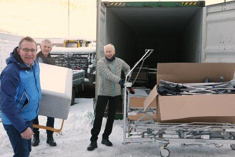 UTSTYR: Her held initiativtakar og prosjektleiar Bjørn Inge Geithus (f.v.), Jostein Tjugum og Leon Haugsbø på med å samle saman brukt sjukehusutstyr og pakke det inn i containeren.