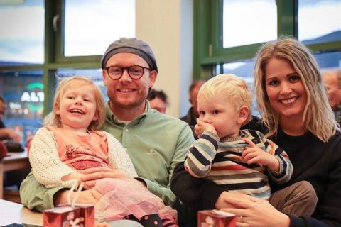 PÅ HEIMEBANE: Det blir barnehage på Jenny (t.v.) og Tollef (t.h.) i haustferien. Mamma Hilde Therese og pappa Oddbjørn Vik Hole må nemleg på jobb.