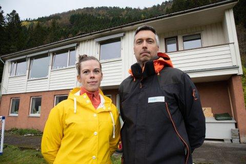MISSER UTSIKT: Hanna Malin Kalstad og Kay Arne Kalstad er naboar til byggeprosjektet Murihagen.  Dei synest det er alt for høgt volum på blokkene som er planlagde.