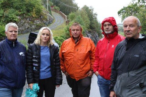 LOKALE POLITIKARAR: Frå venstre: Trine Hovland (H), Silje Standal (Ap), Brigt Samdal (grendelaget), Hilmar Eliasson (V) og ordførar Ola Teigen (Ap) står saman om ein betre veg i Eikefjorden.