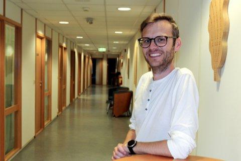 Avdelingsleiar for mikrobiologi på Helse Førde, Bent-Are Hansen, seier laboratoriet deira ville slite med å ta unna både analysar av koronaprøver, og eit normalt nivå med analysar av klamydia- og gonoréprøver.