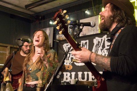GAV ALT: Duoen Muireann Mcdermott Longhar og Dave O`Grady i det irske bandet Seafoam Green fekk opp stemninga på Fjordblues-konserten laurdag.