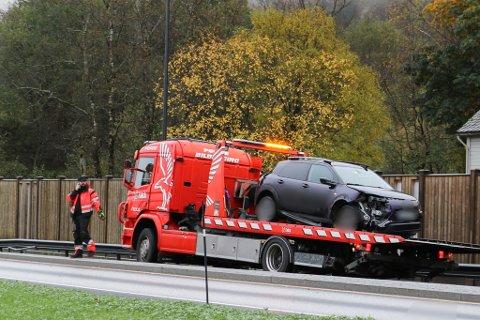 TRAFIKKULYKKE: Søndag morgon køyrde ein bil ned eit skilt på E39.