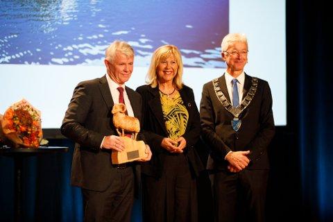 PRISVINNAR: Villsauen blei delt ut av fylkesordførar i Vestland, Jon Askeland, og administrerande direktør i Bergen Næringsråd, Marit Warncke. Til venstre administrerande direktør Tor Øivin Aa.