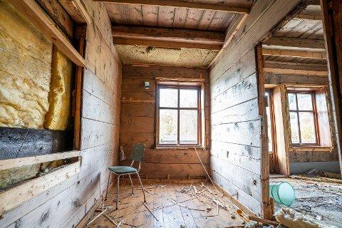 KREATIV LØYSING: Tore Karlsen har valt ein utradisjonell måte for å kvitte seg med det gamle tømmerhuset sitt.