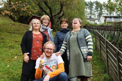 HELTAR FRÅ BARNDOMMEN: Anita Bolstad Indrebø, Synva Øvrebø, Anne-Karin Grimset og Anne Helen Leknes saman med Sigbjørn Hvidsten.