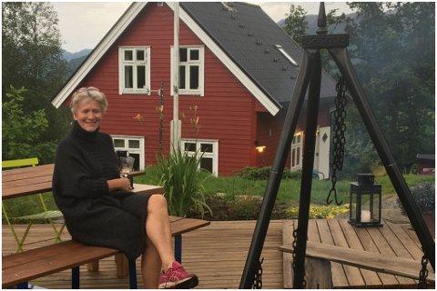 FINT: Bente og mannen Kjell trivast godt i Bygstad. Bente overtok eigedommen i 2009.