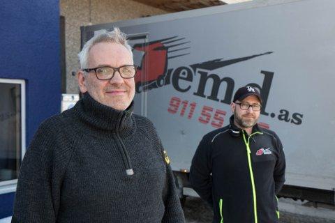 SJU NYE: Dagleg leiar Pål-Arthur Nordstrøm Johannesen (t.v.) og driftsleiar Geir-Inge Kjøsnes trong nye sjøførar grunna meir køyreoppdrag. Dei enda opp med å tilsette sju.