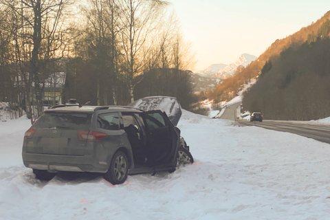 STORE SKADAR: To bilar kolliderte på rv. 5 torsdag ettermiddag. Den eine bilen var allereie taua vekk då Firda kom til staden.