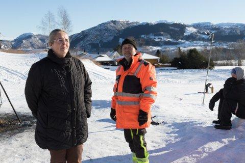 ALL FRITID: I periodar med snø legg ekteparet May Iren Vårdal og Daniel Kværnes ned all fritid i å legge til rette og servere kakao og kjeks i Magnusbakken. Resten av året driv dei utbetringar. Alt på dugnad.
