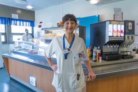 FÅR GJERE DET HO KAN BEST: Rønnaug Ann Birkeland Flaten jobbar som kostrådgjevar for medisinsk avdeling og kreftavdelinga på Førde sentralsjukehus