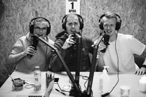 KOMMENTATORKORET: Barndomskompisane Mats Horstad, Bjørn Ole Horstad og Thomas Holme Smådal frå Naustdal starta eigen podkast i fjor. Det trivst dei godt med.