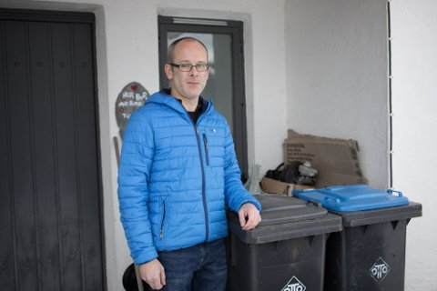 – FRUSTRERANDE: Hans Petter Haugland i Naustdal må no betale meir enn dobbelt så mykje i renovasjonsgebyr.