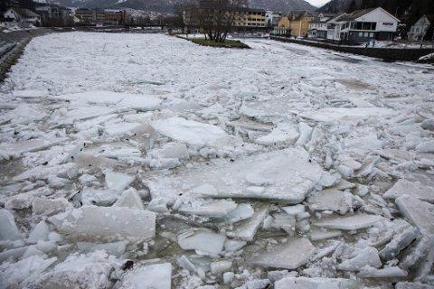 STORE KREFTER: Slik såg nedre del av Jølstra ut i 13-tida søndag.
